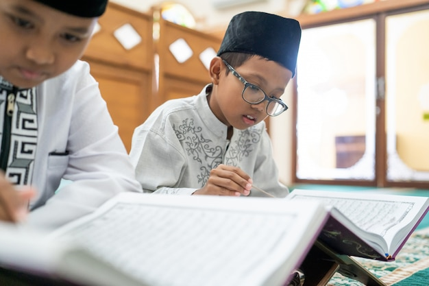 Kid musulmán leyendo corán