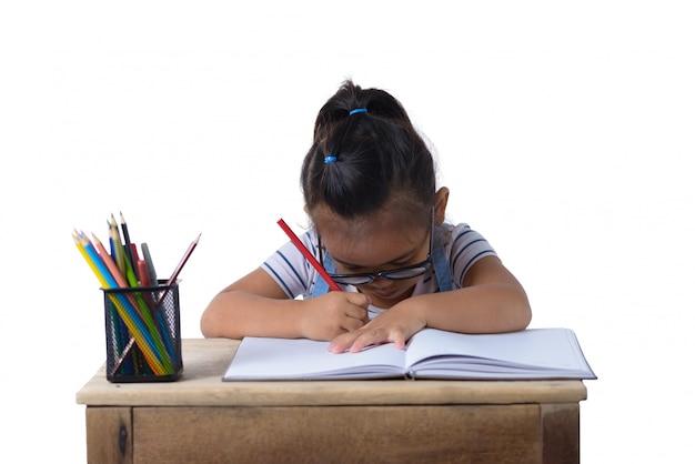 Kid niña dibujando con lápices de colores