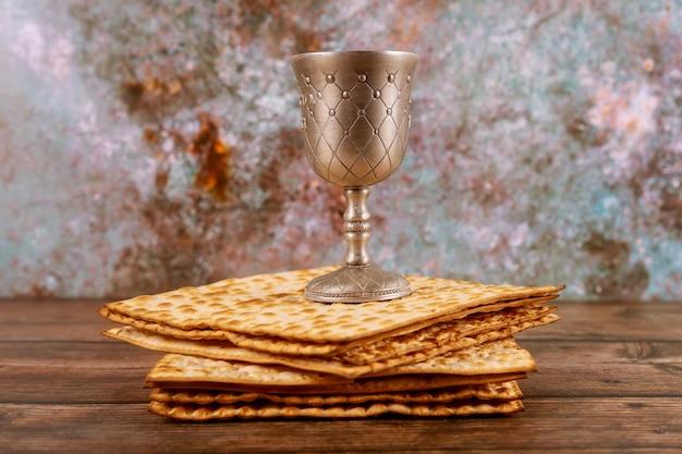 Kidush kosher en copa de plata concepto de fiesta judía.