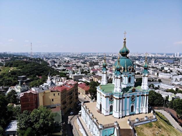 Kiev - la capital de ucrania. fotografía aérea desde drone. país europeo. iglesia de san andrés, grandiosa y hermosa