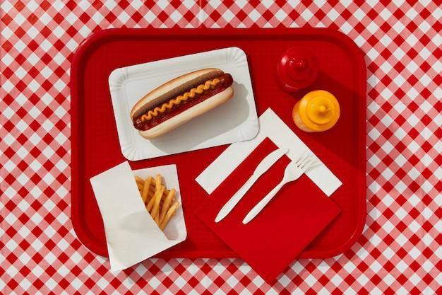 Kiev, ucrania, septiembre, tradicional, hot dog, papas fritas, bebida y salsas, menú del restaurante
