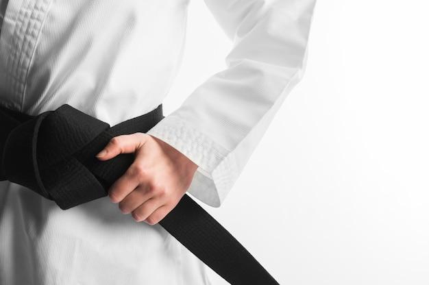 Kimono con cinturón negro de cerca