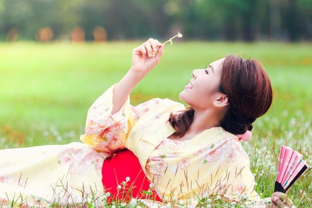 Kimono joven asiática