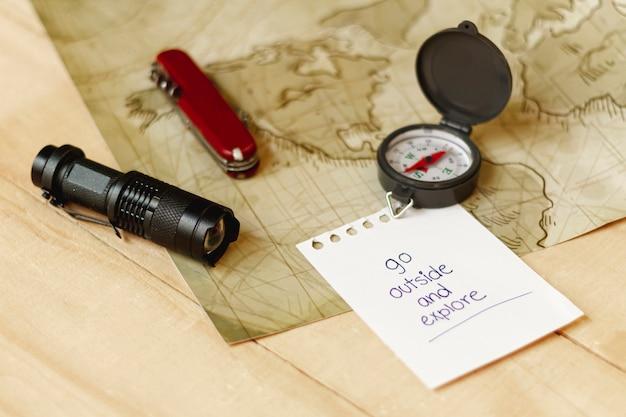 Kit de aventurero de alto ángulo con mapa y brújula