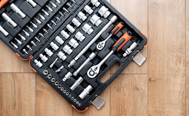 Kit de herramientas para el automóvil. varias herramientas de metal sobre fondo de madera