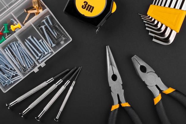 Kit de herramientas de mano sobre fondo negro