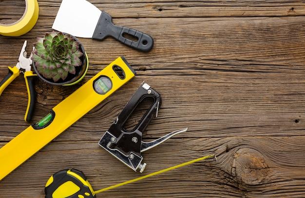 Kit de herramientas de reparación y planta suculenta sobre fondo de madera