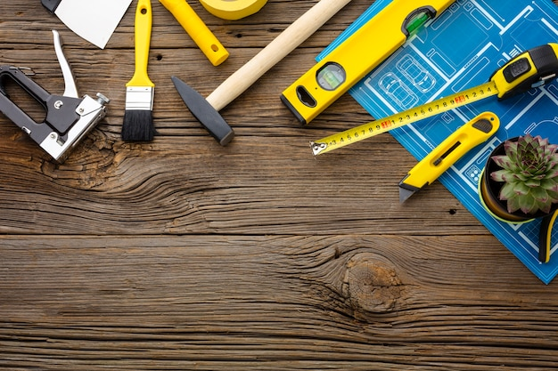 Kit de impresión y reparación azul sobre fondo de madera