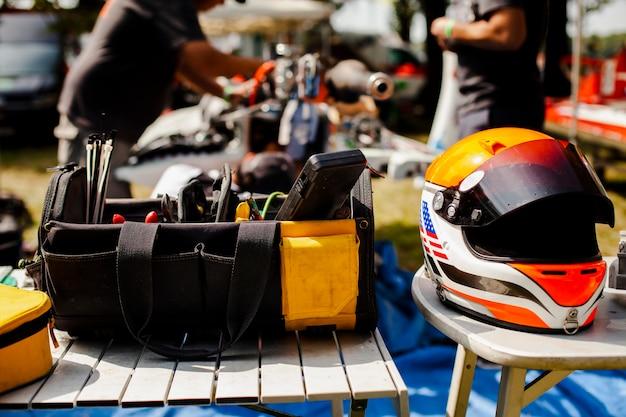 Kit de reparación con casco protector.