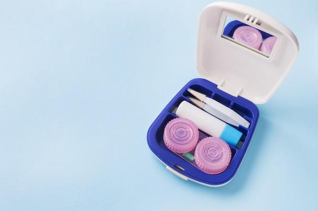 Kit de viaje para lentes de contacto, pinzas y recipientes para soluciones humectantes y gotas.