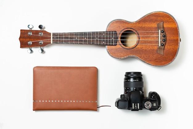 Kit de viaje musical con ukelele, diario de viaje y cámara