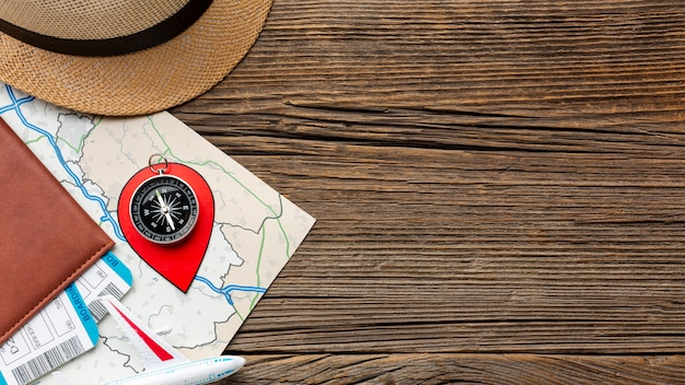 Kit de viaje de vista superior sobre una mesa de madera