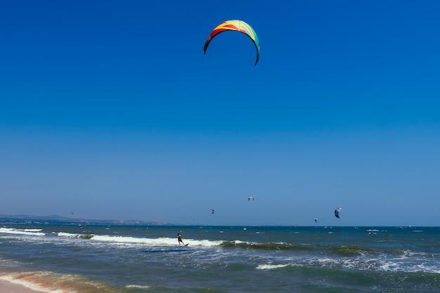 Kitesurf en las olas del mar.
