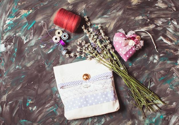 Kits de costura - cojín de alfileres con agujas, hilo y bolsita de lavanda