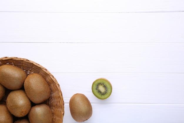Kiwi en una cesta sobre fondo blanco