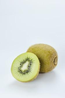 Kiwi entero y medio kiwi.