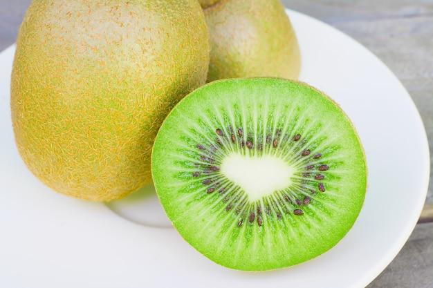 Kiwi seco en un plato blanco