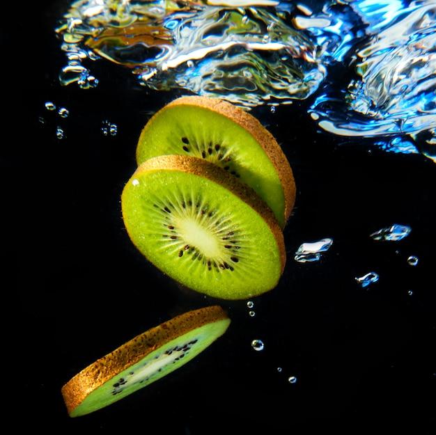 Kiwi sobre fondo negro