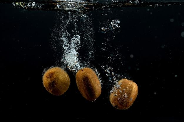 Kiwis frescos en el agua