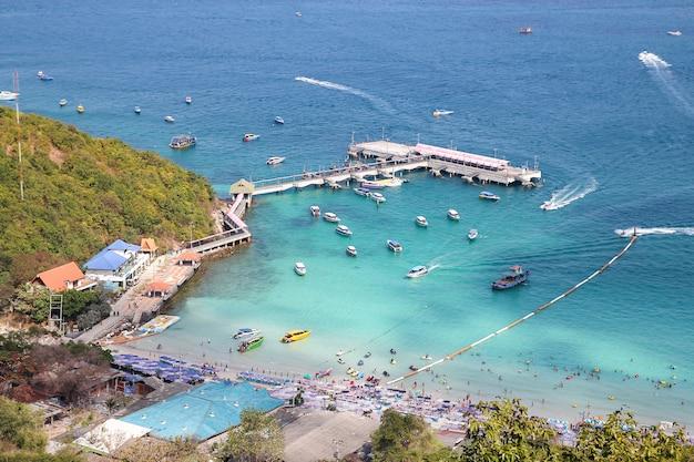 Koh lan, tailandia-febrero 9,2014: la visita turística y la lancha rápida paran en la playa de koh lan, porque la playa más hermosa.