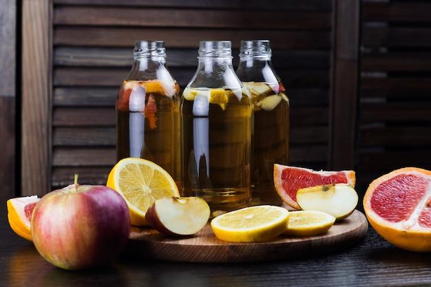 Kombucha con sabor a manzana, pomelo y limón.