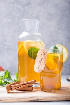 Kombucha saludable con limón y canela.