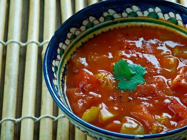 Kotsu de tomate y cebolla. estilo saravana bhavan. salsa de tomate con cebolla india.