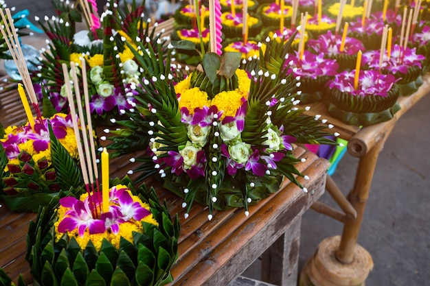 Kratong de cesta flotante junto a hoja de plátano para loy krathong festival sea festival famoso