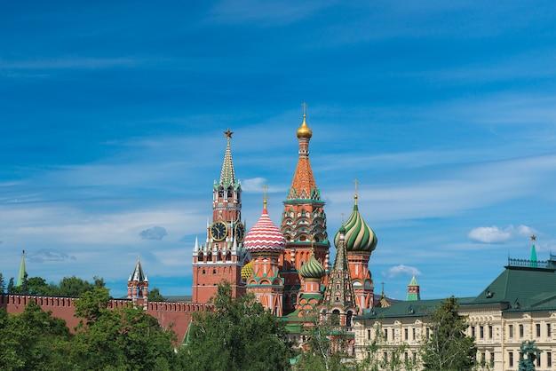 Kremlin y la catedral de san basilio en moscú, rusia. el tema del turismo.