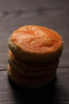 Kue kacang o tortas de maní son un clásico pastel tradicional de indonesia, los ingredientes principales consisten en maní, margarina y harina, servidos en eid, enfoque selectivo