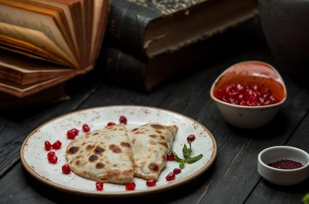 Kutab servido con narsharab y especias