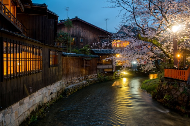 Kyoto, japón en el río shirakawa en el distrito de gion durante la primavera.