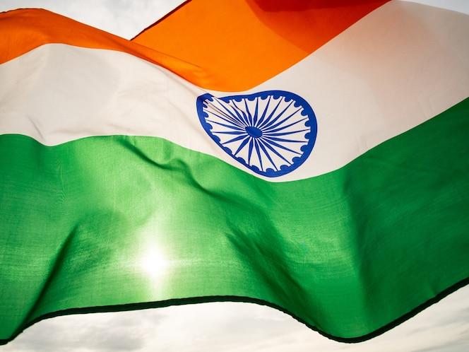 La bandera india ondulada en el cielo del atardecer. día de la independencia india.