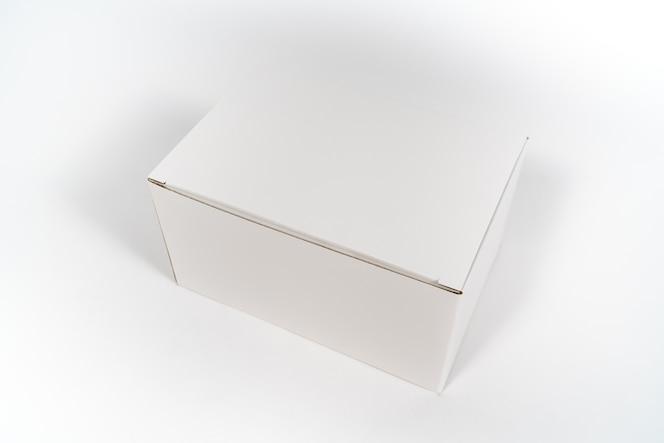 La caja del libro blanco está abierta en el fondo aislado blanco.