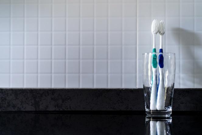 La caries dental está en el vaso cerca del fregadero. en el baño.