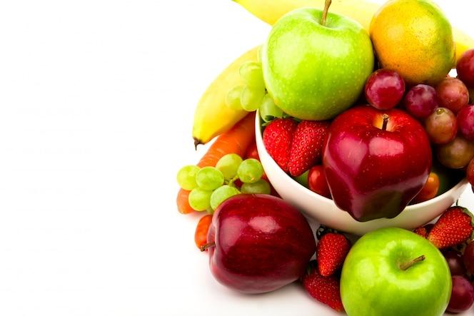 La fruta fresca en un plato aislado en blanco