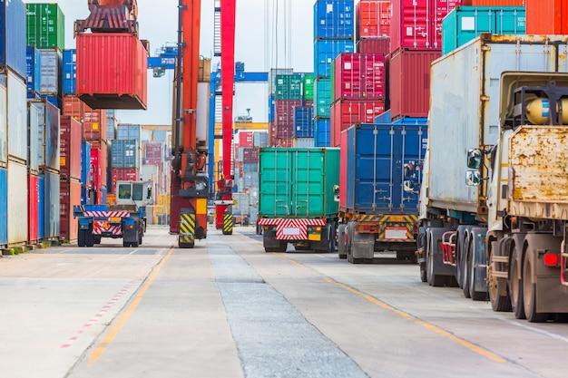 La grúa del puerto industrial levanta cargando la caja de los envases de la exportación a bordo.