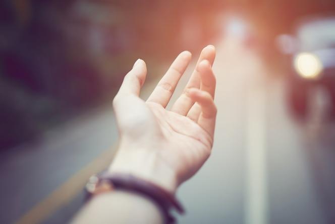 La mano toque la lluvia cayendo dispersa. concepto ambiental