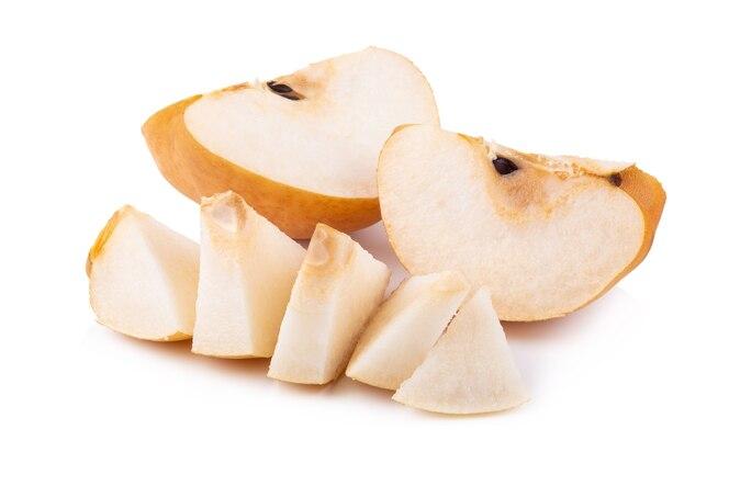 La mitad y en rodajas de pera chino aislado sobre fondo blanco