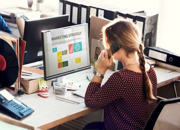 La vida cotidiana de la gente de negocios en la oficina