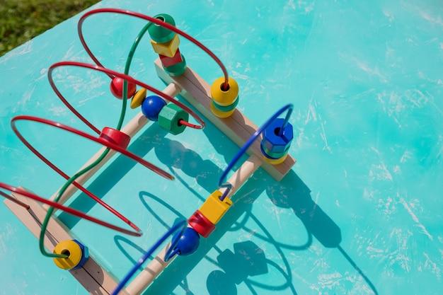 Laberinto de alambre de juguete tradicional. montaña rusa de cuentas para niños. juguete de laberinto de actividad.
