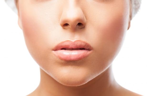 Los labios femeninos en primer plano