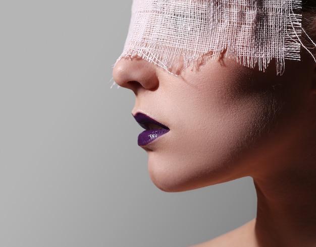 Labios morados de moda
