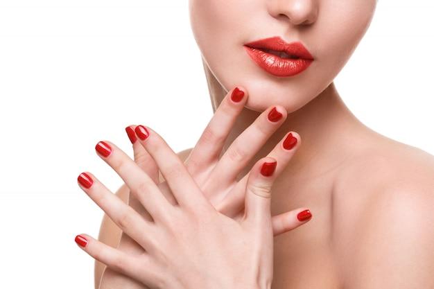 Uñas y labios rojos