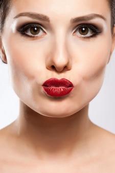 Labios sexy. detalle de maquillaje de labios rojos de belleza.