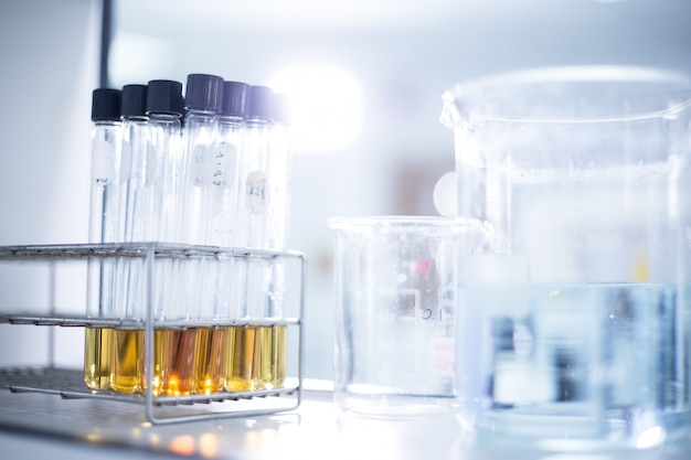 Laboratorio de investigación - cristalería y equipos utilizados en trabajos científicos para entornos químicos.