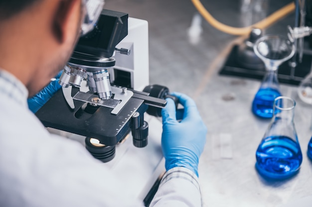 En un laboratorio moderno, un científico de investigación realiza experimentos sintetizando compuestos