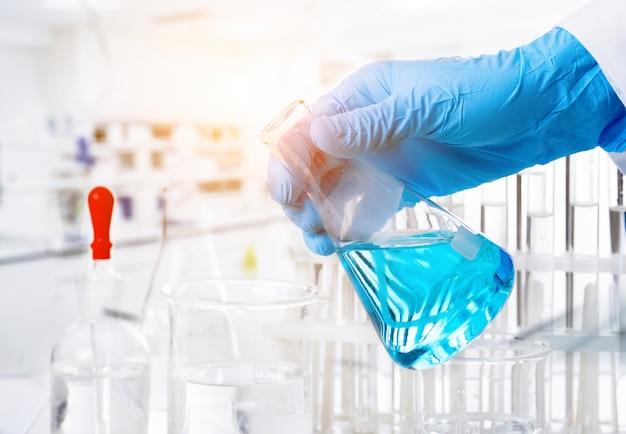 En el laboratorio de química, las científicas están haciendo experimentos.