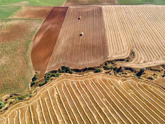 Labranza de los campos después de la cosecha en verano.