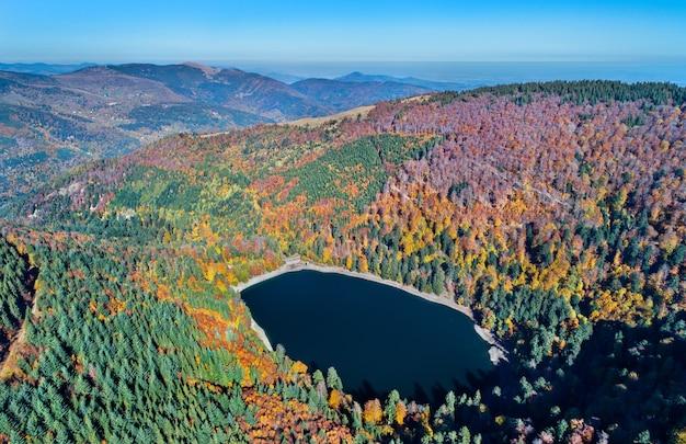 Lac du ballon, un lago en los vosgos - haut-rhin, francia